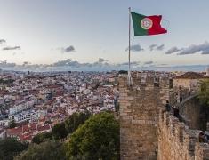 Portugalská vlajka na vrcholu Lisabonského hradu