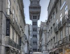 Krásný ocelový výtah uprostřed Lisabonu
