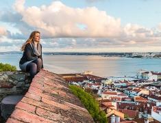 Eva na hradbách Portugalského hradu