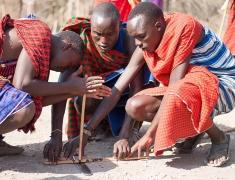 Masajové předvádějí jak běžně rozdělávají oheň