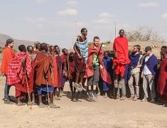 Tom skáče spolu s Masaji