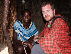 Tom uvnitř Masajské chýše