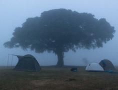 Nás kemp brzo ráno - na vrcholu kráteru Ngorongoro