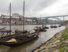 Lodě na řece Duoro v Portu
