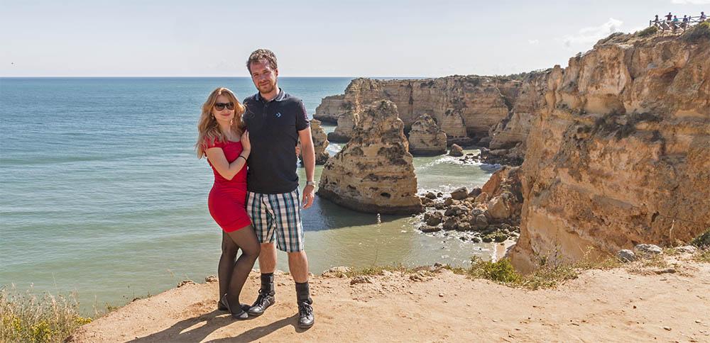 Eva & Tom u pláže Praia da Marinha v Portugalsku