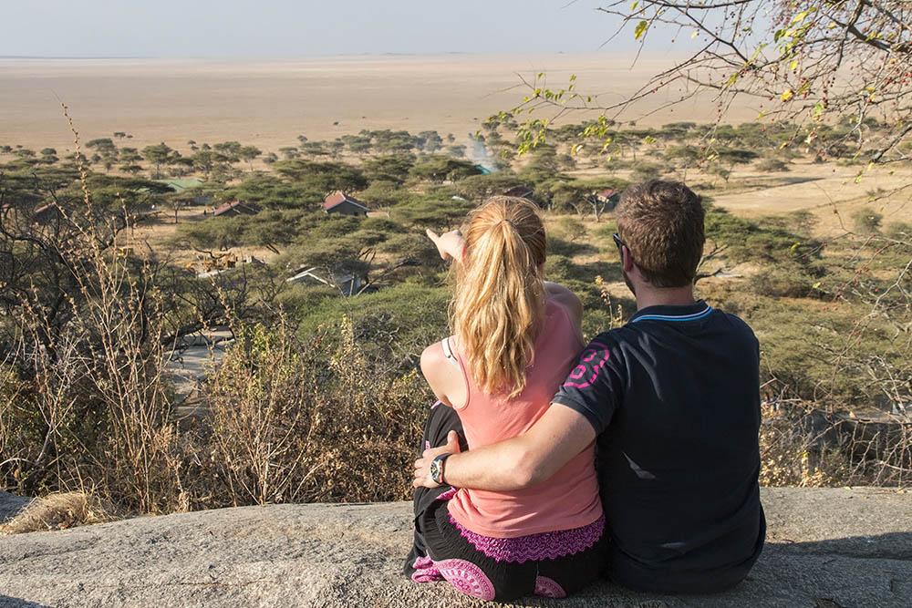 Eva & Tom se rozhlíží po pláních Serengeti v Tanzánii