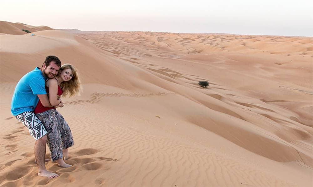 Eva & Tom na vrcholku dun pouště Wahiba Sands v Ománu