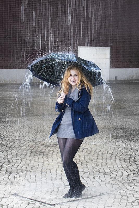 Eva s deštníkem v dešti