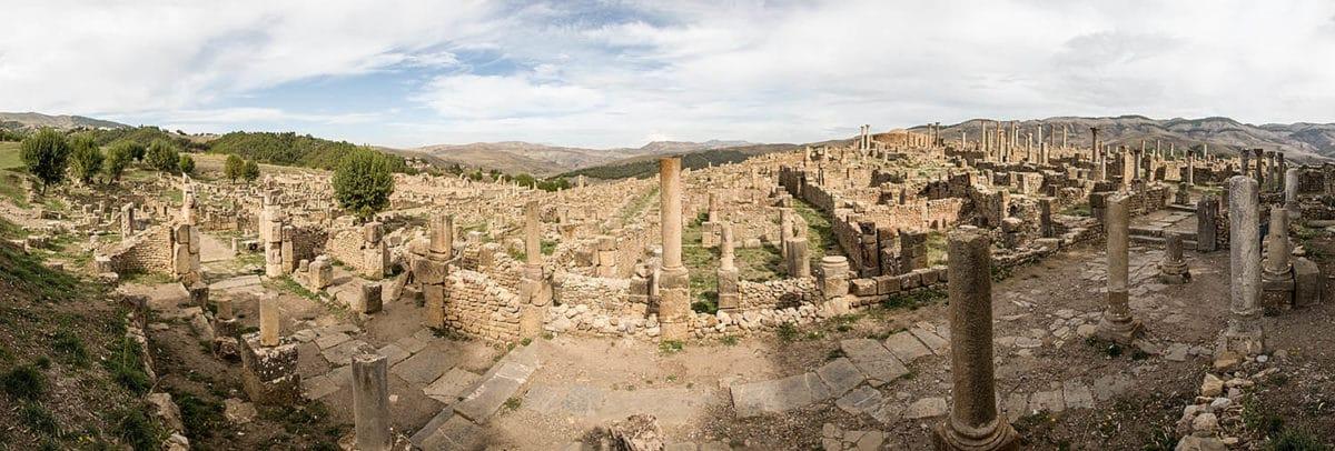 Výhled na část obrovských římských vykopávek v Djemile