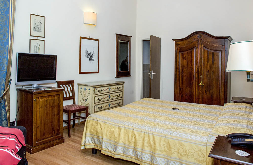 Beautifully furnished room in central Florence