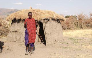 Masaj před chýší