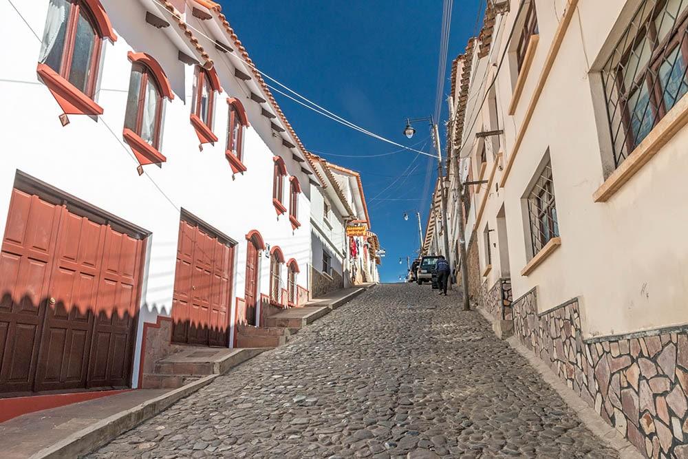 Ulička v centru Sucre v Bolívii