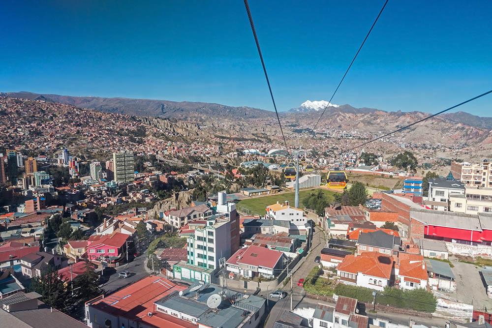 Lanovkou nad městem La Paz v Bolívii