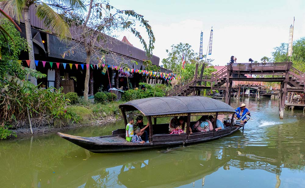Floating markets in Thailand are very popular