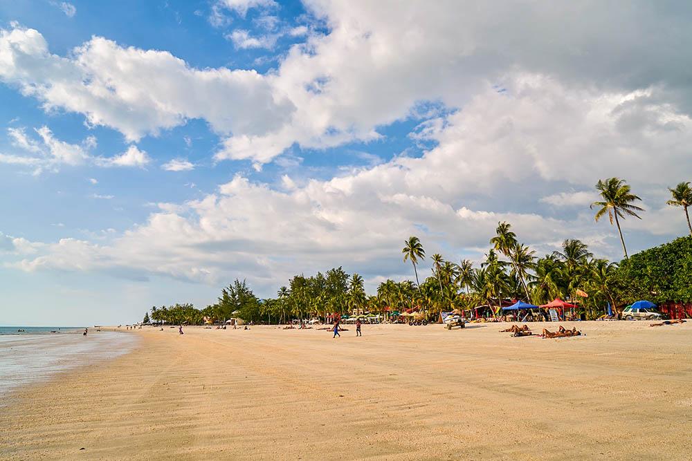 pláž na Langkawi u Pantai Cenang.