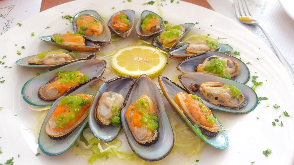 Tasty mussels with garlic