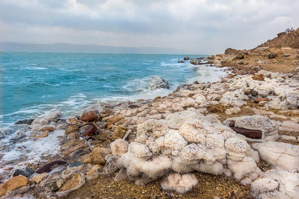 Množství soli v Mrtvém moři je tak vysoké, že se sůl usazuje u pobřeží